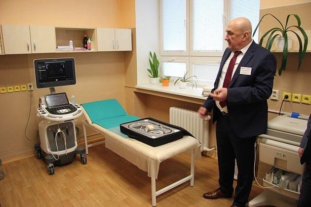 Doktor Jan Danczik zKardiologické a kardiostimulační ambulance předvádí nový špičkový přístroj hodonínské nemocnice při jeho slavnostním uvedení do provozu vlednu 2019.