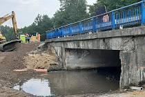 Silničáři opravují dva mosty na I/55 u Hodonína. Nyní čistí nánosy v korytě rybníka Studená chodba.