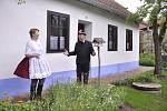 Manželé Foltýnovi ze Šardic zachránili chaloupku na zbourání. Hliněné, cihly, dřevěné krovy i vybavení zůstaly původní. Poprvé ji zpřístupní veřejnosti o víkendu na Den otevřených domků.