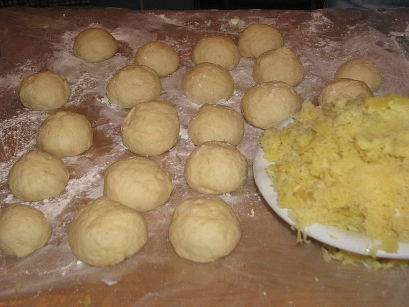 V Žarošicích kuchařky vyráběly tradiční bramborové placky.
