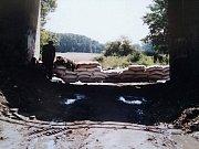 Voda v roce 1997 totálně zničila trať mezi Veselím nad Moravou a Bzencem.
