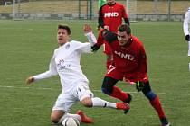 Hodonínští fotbalisté remizovali v zimní přípravě s béčkem ligového Slovácka 1:1. Na snímku bojuje o míč záložník Zdeněk Šturma (v červeném dresu).