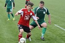 Dubňanští fotbalisté s přehledem zvítězili ve Velkých Pavlovicích 4:1. Na výsledku se podílel také záložník Dušan Sviták (v zeleném dresu).