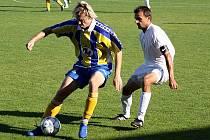 Záložník Ratíškovic Jaroslav Holeček (vlevo) si kryje míč před dotírajícím Milanem Válkem. Mutěnice v derby porazily Baník 3:2.