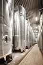 U Bzence roste obrovský vinařský komplex s moštárnou. Společnost Vinný dům plánuje produkovat až pět milionů litrů vína a půl milionu litru přírodního moštu z hroznů a sezonního ovoce.