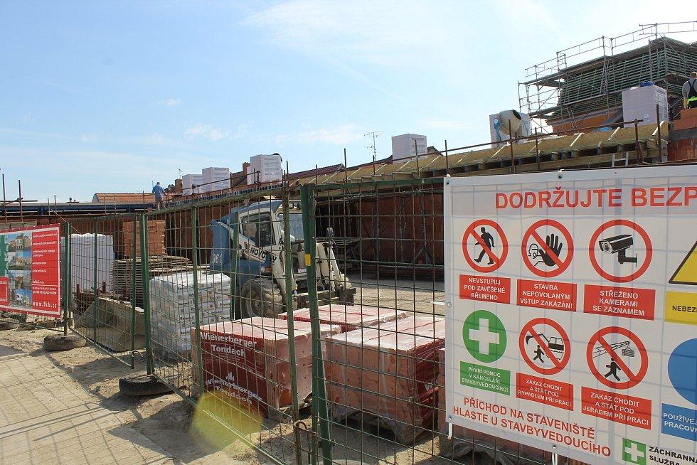 Stavební práce na nové hasičské zbrojnici v Čejkovicích poslední dubnové pondělí.