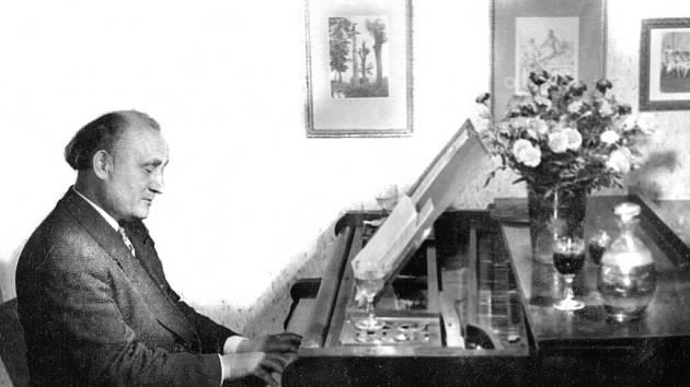 """Skladatel lidových písní Fanoš Mikulecký a jeho klavír. Ten ještě existuje. """"Už nehraje a nejde ani opravit,"""" řekla Mikuleckého dcera Štěpánka Peléšková. Posloužit by ale ještě mohl v muzeu nesoucím Mikuleckého jméno."""
