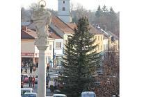 Kyjov již nechal na Masarykově náměstí vztyčit vánoční jedli. Slavnostní rozsvícení je plánované na sedmadvacátého listopadu.