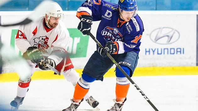 Hodonínští hokejisté (v modrooranžových dresech) první čtvrtfinálový duel zvládli. Opavu doma přehráli jasně 5:1 a v sérii hrané na čtyři vítězné zápasy se ujali vedení 1:0.
