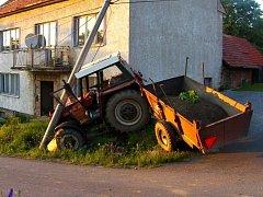 """Opilý muž havaroval v Nové Lhotě s """"vypůjčeným traktorem."""