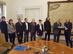 Výprava z Hodonínska předáva petici Ne ohrožení pitné vody pro 140 tisíc lidí s více než jedenácti tisíci podpisy předsedovi Senátu Milanu Štěchovi.