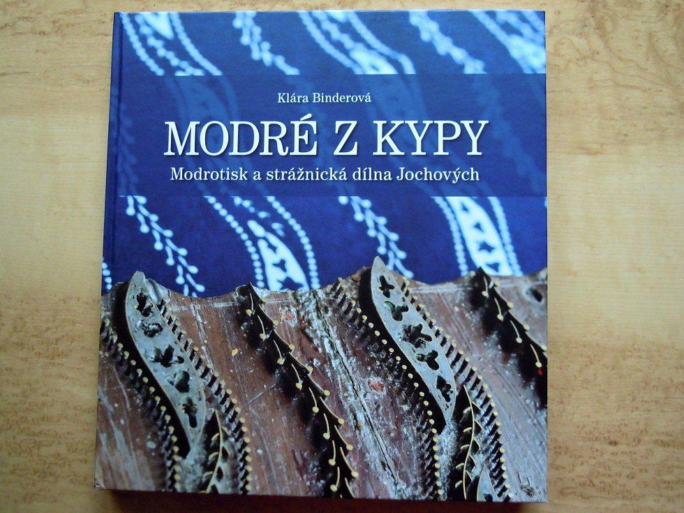Klára Binderová věnovala svou knihu Modré z kypy strážnickému modrotisku.
