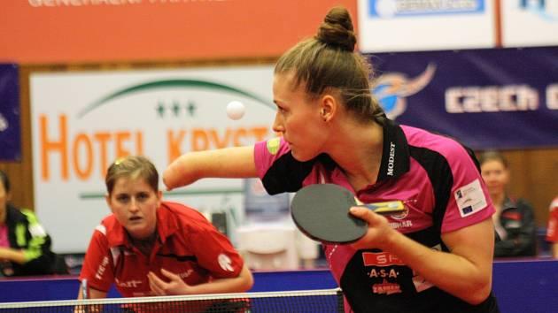 Hodonínská hráčka Lenka Harabaszová (vlevo) polskou reprezentantku Natalii Partykaovou pořádně potrápila. Nakonec s ní prohrála 2:3 na sety.