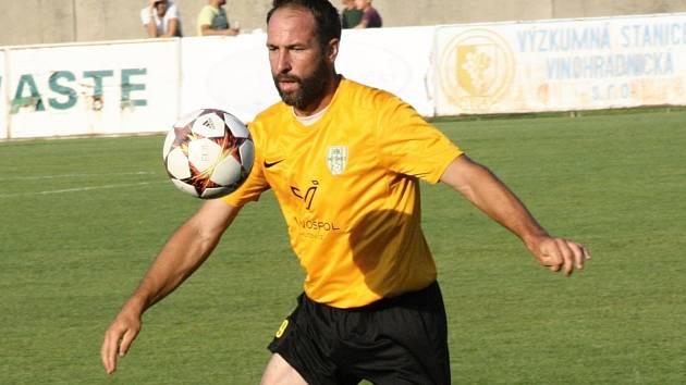 Zkušený mutěnický útočník Dalibor Koštuřík (na snímku) se na hřišti v Bučovicích blýskl hattrickem. Vinaři v 6. kole krajského přeboru vyhráli jasně 5:0.
