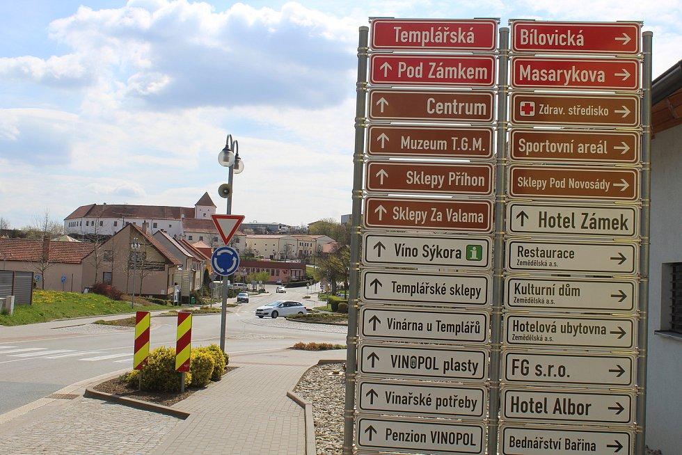Čejkovice, hlavní silnice.