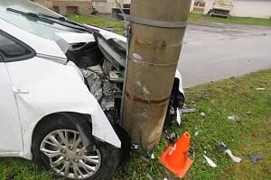 Řidič boural do sloupu. Ilustrační foto.