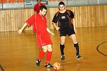 Opora Strážnice David Helísek (v červeném) rozehrává míč před dotírajícím hráčem Dubňan Milošem Albertem. Ani on další porážce Oranjes nezabránil.