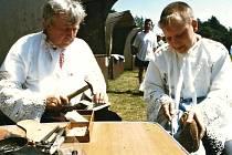 Josef Janulík předvádí svoje řemeslo spolu s vnukem Martinem Tomaštíkem ve Strážnici.