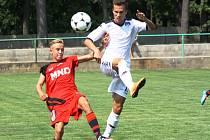 Mladší dorostenci Hodonína (v červeném) vstoupili do nového soutěžního ročníku 2015–2016 domácí porážkou se Slováckem.