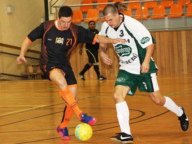 Dubňanská hrající trenér Michal Jílek (vlevo) bojuje o míč s hráčem Kvasaca Michalem Voříškem. Po zápase měl z kamarádů větší radost Jílek, Oranjes totiž vyhráli 7:2.
