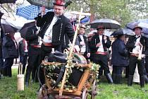 Ani déšť neodradil kyjovské milovníky zpěvu a vína, aby jako každý rok na konci března slavnostně neotevřeli vinné sklepy na Šištótě.