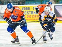 Hodonínští hokejisté přestříleli Kopřivnici 7:4. Dvěma góly se na obratu podílel útočník Drtičů Michal Kuba (na snímku vlevo).