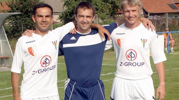 Hrající předseda FK Blatnice David Vaněk (uprostřed) si v rámi oslav zahrál proti mládežnickému šéftrenérovi Slovácka Zdeňku Botkovi (vlevo), který hraje za Hluk, a vnorovskému záložníkovi Marku Janouškovi.