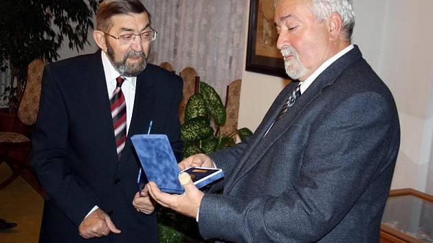 Cenu přebral Josef Šanta z rukou předsedy OS ČSTV Miroslava Běťáka.