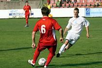 Záložník Jan Hromek (v bílém) bude hrát za Mutěnice i v příští sezoně.