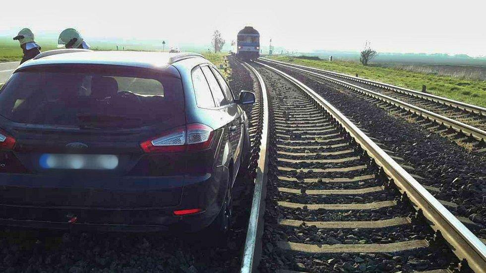 Řidička u Vlkoše nezvládla řízení a vjela až do kolejiště.