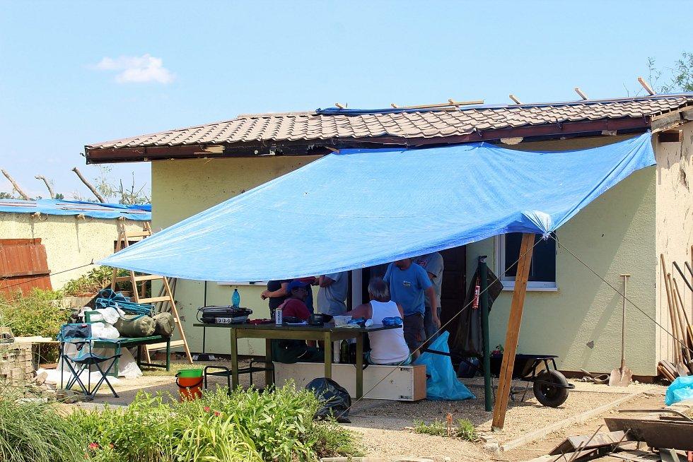 V hodonínské osadě Pánov zbyly po několika domech jen základové desky. V neděli pokračovaly odklízecí a likvidační práce.