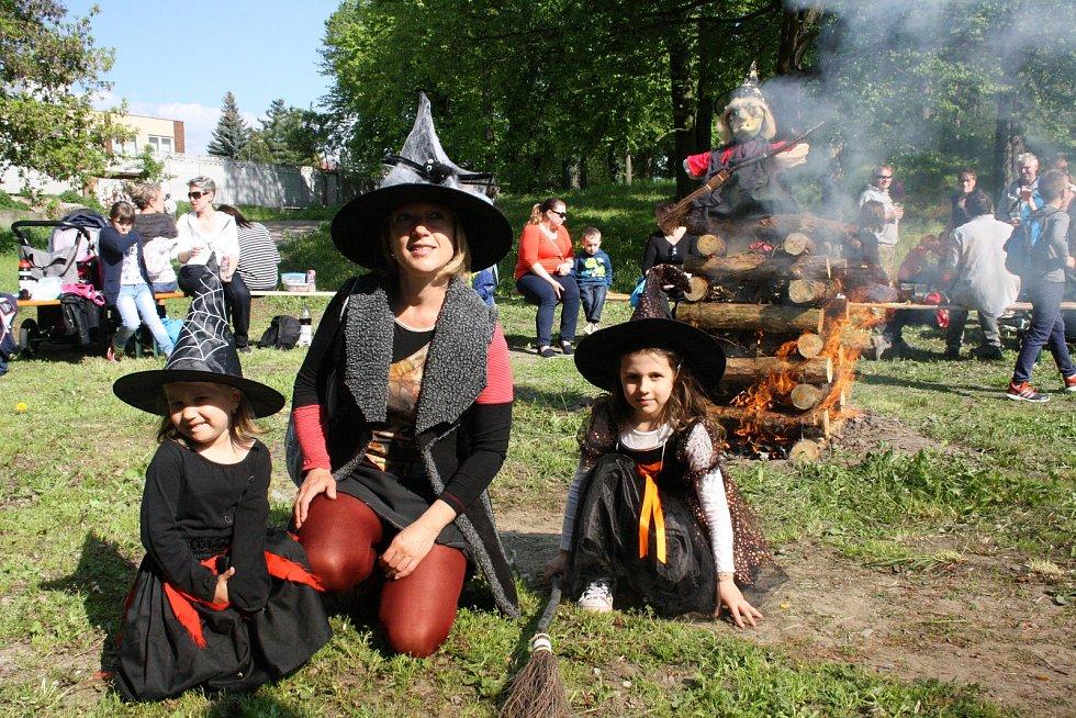 V Bzenci na Hodonínsku lákala návštěvníky obří vatra k pálení čarodějnic i program pro děti.