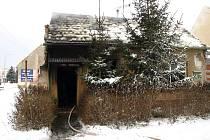 Hasiči likvidovali požár domu v Bzenci. Uvnitř našli uhořelého muže