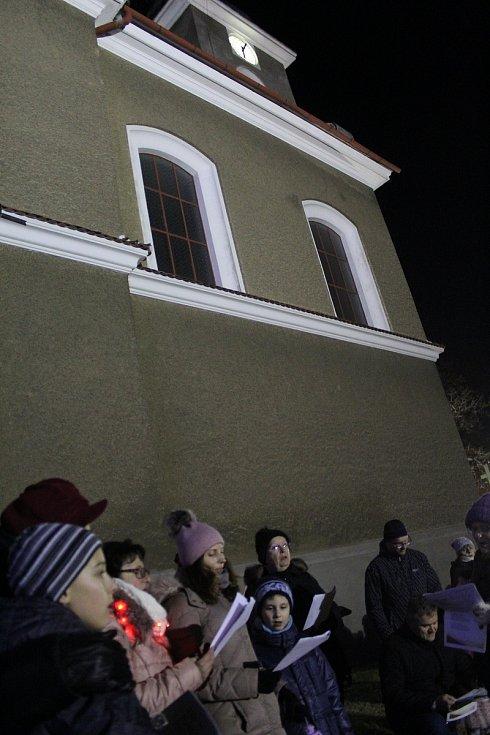Koledy si zazpívali u kostela svatého Bartoloměje v Rohatci.
