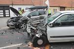 Pětačtyřicetiletý řidič Renaultu Clio zřejmě v důsledku únavy přejel do protisměru, kde došlo k čelnímu střetu s protijedoucím autem Volkswagen Passat.