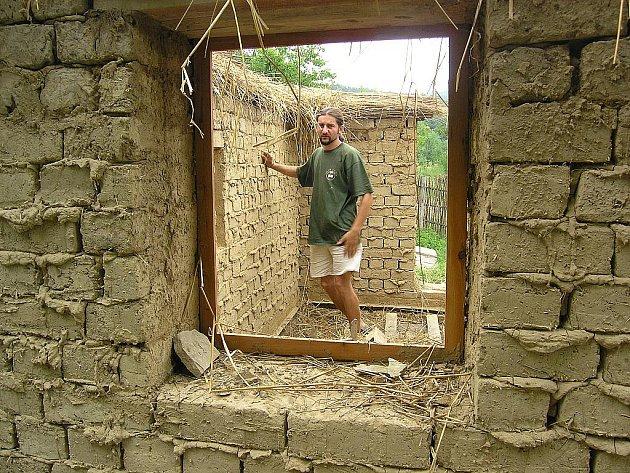 Roman Muroň si v Žarošicích postavil domek stejným způsobem, jako naši předkové.