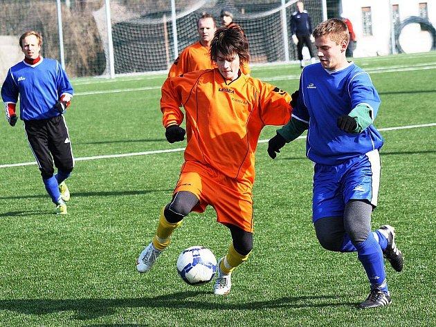 Fotbalisté Velké nad Veličkou (v modrém) na Zimním turnaji ve Veselí nad Moravou ještě neprohráli. Domácí áčko porazili 4:0.