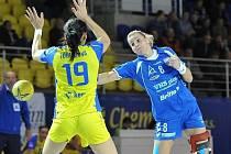 Reprezentační spojka Helena Štěrbová (vpravo) vstřelila v úvodním zápase PVP pouze dva góly. Slovácký celek prohrál v Michalovcích 22:30.