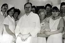 Primář dětského oddělení hodonínské nemocnice Josef Bažant s týmem spolupracovníků.
