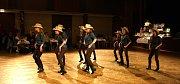 Honáci, statkáři i šerif a ctihodné dámy přišli na patnáctý country bál v Hodoníně. Kromě tance si návštěvníci užili i vystoupení tanečního klubu Black and White.