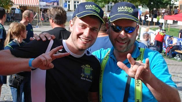 Úspěšný rohatecký dobrovolný hasič Michal Skřivánek (vlevo) na republikovém šampionátu ve Štramberku.