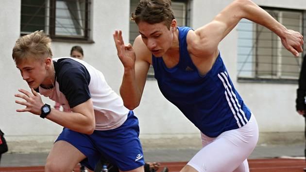 Šestnáctiletý sprinter Štěpán Voborník (na snímku v modrém) patří mezi velké talenty hodonínské atletiky.