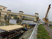 Stěhování městské lodi Konstancie z hlavního toku u hodonínského Jezu do Staré Moravy.
