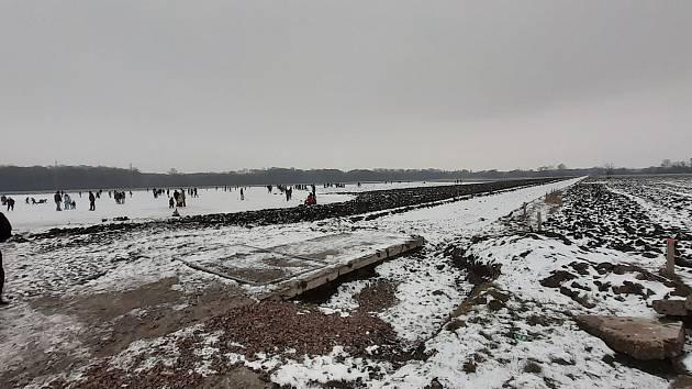 """Opravu hojně využívané """"panelky"""" u sídliště Jihovýchod v Hodoníně na podzim zbrzdily deště, dělníci se do práce pustí zřejmě až v březnu."""