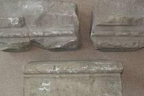 Pískovcové architektonické články patrně hodonínského hradu nalezené v Rybářích.
