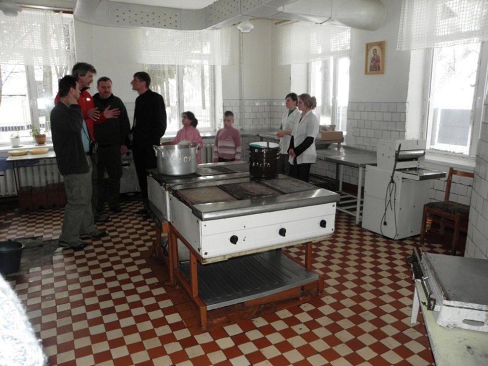 Lidé z kyjovské nadace Dětem z Vilšan změnili dětem z domova na Ukrajině život k lepšímu. Zastaralá kuchyně.