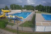 Letní koupaliště ve Veselí nad Moravou je připravené na první návštěvníky. Ve čtvrtek odpoledne bylo ještě prázdné.