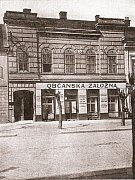 Původní dům č.p.385 s kancelářemi občanské záložny v přízemí v roce 1923.