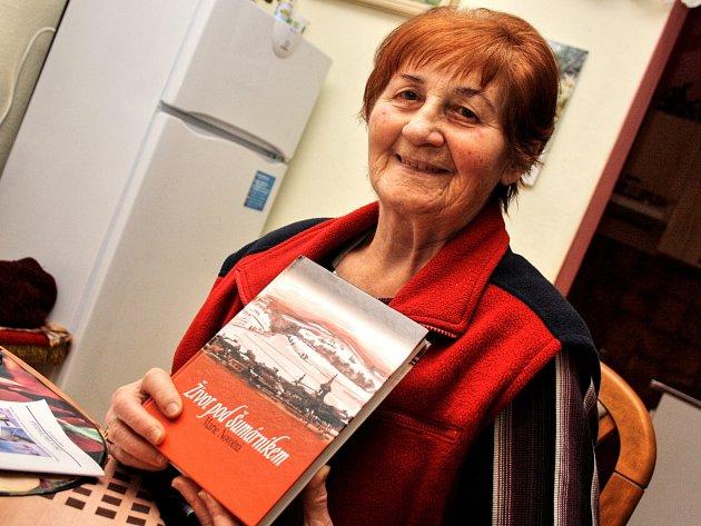 Marie Novotná z Kněždubu napsala knihu Život pod Šumárníkem.