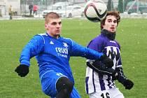 Fotbalisté divizního Hodonína remizovali na umělé trávě v Dubňanech se slovenským týmem Slavoj Boleráz 3:3. Vyrovnání zařídil domácí záložník Tomáš Reška (vpravo).